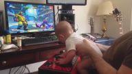 Street Fighter Oynayan 6 Aylık Oyuncu Bebek