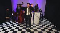 Şarkılara Vintage Havası Katarak Cover'layan Gruptan 'Cry Me A River' Performansı