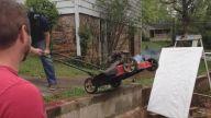 Çim Biçme Makinesine Sprey Atarak Yapılan Resim