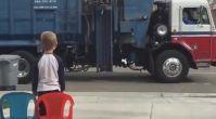 Çöp Kamyonunu İzlemeye Bayılan Çocuk