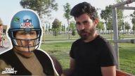 Amerikan Futbol Topuyla İsabetli Atışlar Yapan Genç