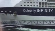 Devasa yolcu gemisi limana yanaşmaya çalışırken olanlar oluyor.