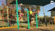 Kızının Jimnastik Hareketlerini Taklit Etmeye Çalışan Baba