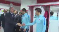 Cumhurbaşkanı Erdoğan, soyunma odasına indi, Millilere başarılar diledi