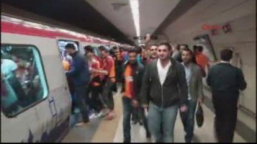 Galatasaray taraftarı derbiye akın ediyor