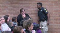 Öğretmen maaşlardan şikâyet ettiği için kelepçelenerek gözaltına alındı