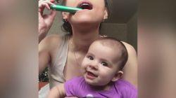 Meraklı bebek bir an olsun gözlerini annesinden ayırmadı