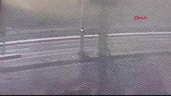 Alkollü sürücünün direğe çarptığı anlar kamerada